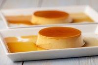 Nahaufnahme von Flan Dessert auf Tellern