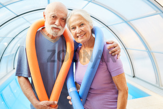 Senioren Paar vor dem Aquafitness Pool