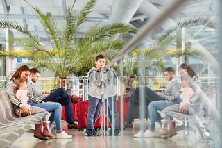 Familie mit Kindern in der Ruhezone im Flughafen