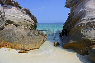 Strand mit Kalksteinfelsen auf Koh Khai Island, Thailand