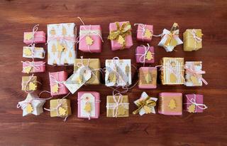 Festlich verpackte Geschenke zu Weihnachten