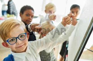 Business Kinder geben eine Anweisung