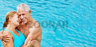 Zwei verliebte Senioren als Paar im Hotel Pool