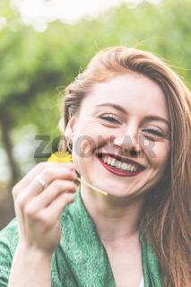 Frau, jung, 20-30, lächelnd, romantisch, genießt die ersten Sonnenstrahlen im Frühling im Garten.