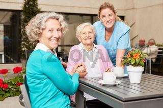 Senior Frau hat Besuch im Altenheim