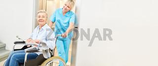 Alte Frau im Rollstuhl wird von Krankenpfleger betreut