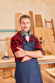 Mann als zufriedener Schreiner oder Tischler