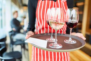 Gläser mit Wein auf einem Tablett im Bistro