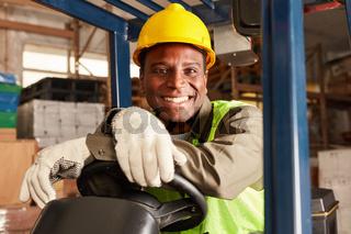 Afrikanischer Logistik Mann als Staplerfahrer