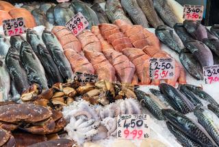 Krebse, Fische und Meeresfrüchte auf einem Markt