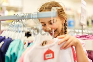 Mädchen beim Shopping in einer Boutique
