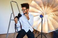 Professioneller Fotograf bei Objektivreinigung