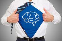 Mann mit Gehirn Symbol unter Business Hemd