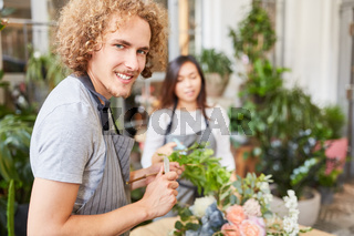 Florist in der Ausbildung lernt Blumenstrauß binden