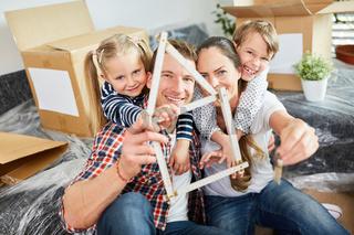 Familie und Kinder freuen sich auf Traumhaus