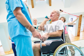 Gruppe Senioren trainiert Fitness beim Rehasport