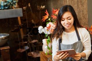 Floristin mit Tablet nimmt online Bestellung an