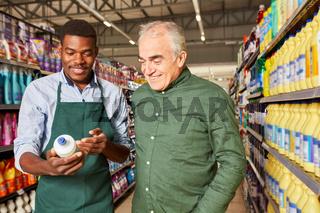 Afrikanischer Verkäufer bei einer Kunden Beratung
