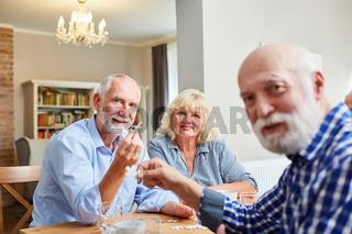 Gruppe Senioren beim Puzzle Spiel zusammen