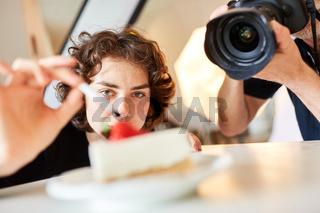 Food-Stylistin beim Fotoshooting für Food