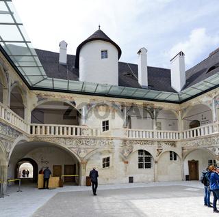 Innenhof von Schloss Pögstall während der Ausstellung 'Alles was Recht ist'