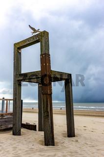 Riesiger Stuhl am Strand ein Kunstobjekt