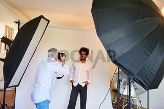 Porträtfotograf im Fotostudio macht Porträtfotos