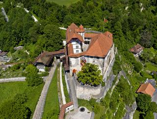 Schloss Laupen erhebt sich auf einem Felssporn, Laupen, Kanton Bern, Schweiz
