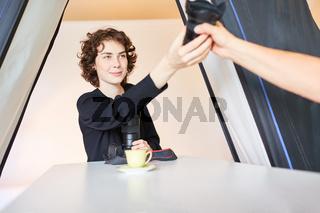 Fotoassistentin in Fotoschule mit Kamera Objektiv