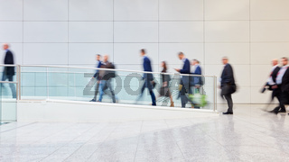 Viele anonyme Geschäftsleute auf Business Messe