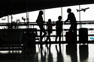 Silhouette von Familie am Flughafen vor Flugzeug