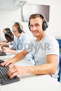 Leute bei der Weiterbildung im Sprachkurs