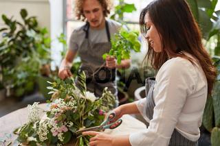 Junges Floristen Team beim Blumenstrauß binden