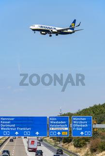 Flugzeug von Ryanair im Landeanflug