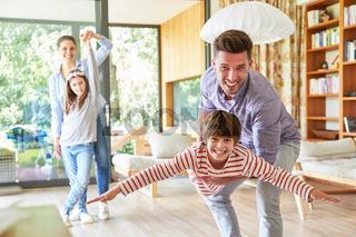 Vater spielt mit Sohn im Wohnzimmer
