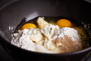 Ruehrschuessel mit Eiern, Mehl und Zucker