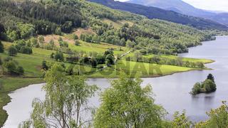 Blick vom berühmten Aussichtspunkt Queens View in Schottland