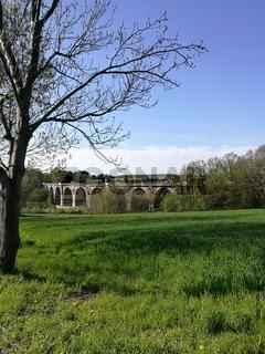 Viadukt im Frühling