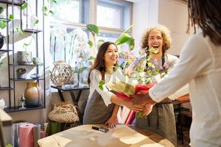 Kundin kauft bunten Blumenstrauß im Blumenladen