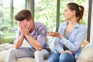 Paar diskutiert und streitet über Eheproblem