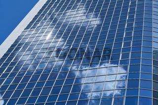Modernes Hochhaus mit Bank oder Büro in Frankfurt