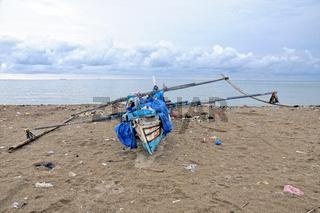 Fischerboot am Strand von Padang Sumatra Indonesien.jpg