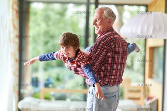 Großvater lässt Enkelsohn fliegen zu Hause