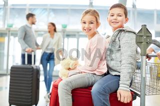Geschwister  freuen sich auf den Familienurlaub