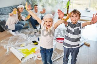 Familie und Kinder zeigen bunte Hände