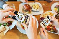 Hände mit Smartphones fotografieren Speisen