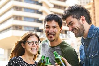 Drei junge Leute als Studenten feiern eine Party