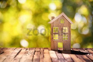 Holzhaus vor Naturhintergrund