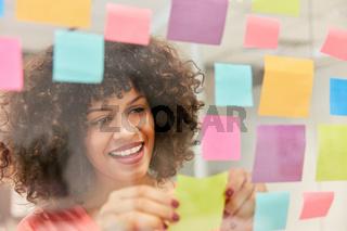 Junge afrikanische Geschäftsfrau sammelt Ideen