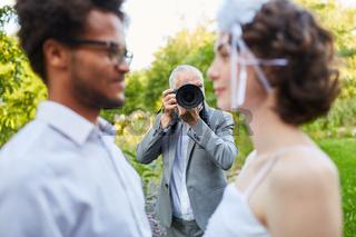 Fotograf fotografiert Brautpaar am Hochzeitstag